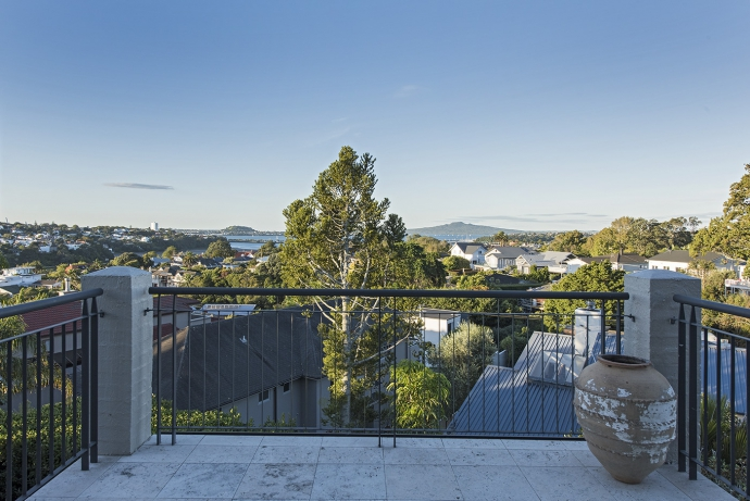 Arney Cres family home with extraordinary views